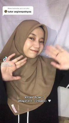 Pashmina Hijab Tutorial, Hijab Style Tutorial, Ootd Hijab, Hijab Outfit, Hijab Fashion Inspiration, Style Inspiration, How To Wear Hijab, Birthday Post Instagram, Islamic Cartoon