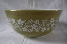 Vintage Pyrex green and white flowers mixing bowl by DamenArt