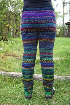 Man kan se at mye av garnet er Wollmeise :) Knitting Stitches, Knitting Socks, Knitting Patterns, Knit Leggings, Knit Pants, Crochet Pants, Knit Crochet, Knit World, Weird Fashion