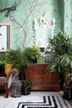Inside the Bold and Beautiful Chinoiserie-filled London Apartment of Hannah Cecil Gurney. Inside the Bold and Beautiful Chinoiserie-filled London Apartment of Hannah Cecil Gurney. Hannah Cecil Gurney home via Elle Decoration Spain de Gournay Chinoiserie A Chinoiserie Wallpaper, Chinoiserie Chic, Of Wallpaper, Painted Wallpaper, De Gournay Wallpaper, Eclectic Wallpaper, Chinoiserie Fabric, Asian Wallpaper, Wallpaper Direct