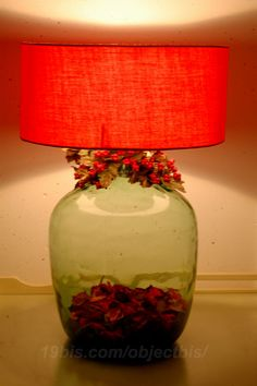 Hacer tu propia lámpara con una botella de vidrio es ideal para poner en práctica tu creatividad y reciclar esa botella bonita que no quieres tirar. Solo necesitas tomar medidas de seguridad ( guantes, gafas...) ver el vídeo que adjunto, una botella de vidrio, brocas para vidrio, recipiente con agua, cinta aislante, kit para lámpara…