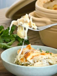 Artichoke Dip Pasta via {Budget Gourmet Mom} - love the board and pot in the background Entree Recipes, Pasta Recipes, Appetizer Recipes, New Recipes, Vegetarian Recipes, Dinner Recipes, Appetizers, Favorite Recipes, Pasta Grill