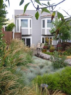 This Victorian is complemented by a variety of drought-tolerant grasses including blue fescue (Festuca glauca) and feather reed grass (Calamagrostis 'Karl Foerster') Modern Landscape Design, Lawn And Landscape, Traditional Landscape, Modern Landscaping, Outdoor Landscaping, Outdoor Gardens, Landscape Grasses, Landscaping Ideas, Traditional Homes
