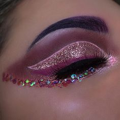 First look 2017! I went for something glittery, sparkly, shiny, glowy... ya know? The whole shebang I pretty much lowered the brightness just so you can see the highlight glow even more! I wanted to be extra PRODUCTS USED• @toofaced chocolate palette @colourpopcosmetics in cheerio @jeffreestarcosmetics liquid lipsticks in abused and virginity @anastasiabeverlyhills moonchild glow kit in pink hearts and purple horseshoe @ofracosmetics liquid lipstick in Malibu for eyeliner @certifeye gli...