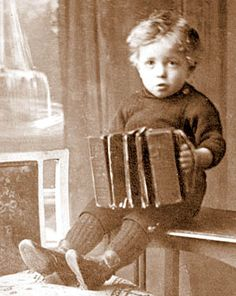 I wonder who this little boy was......did he grow up to be a famous musician?