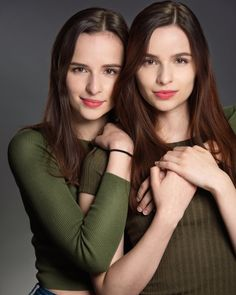 Friend Poses Photography, Portrait Photography Poses, Photography Poses Women, Portrait Poses, Best Poses For Pictures, Sister Pictures, Sister Poses, Mother Daughter Photography, Applis Photo