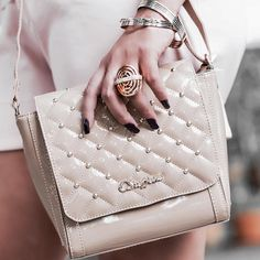 Bag tiracolo com aplicações metalizadas na cor nude! Perfeita para looks monocromáticos ou estampados!