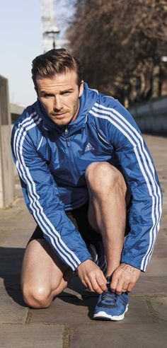 David Beckham and Katy Perry are featured in new Adidas ClimaCool running shoe ad campaign. Beckham looks hot as he runs along the River Thames in his own pair of the new sneakers. Style David Beckham, Moda David Beckham, Vic Beckham, Bend It Like Beckham, David Beckham Adidas, David Beckham Pictures, Sport Fashion, Mens Fashion, Derrick Rose