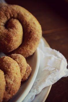 Τραγανά κουλουράκια με κρασί, φτιάχνονται πανεύκολα και με πολλούς πολλούς συνδυασμούς! Διαλέξε τον δικό σου! Onion Rings, Sugar And Spice, Doughnut, Spices, Cookies, Ethnic Recipes, Sweet, Desserts, Greek Beauty