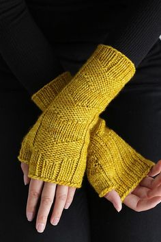 Ravelry: Fast Forward Mittens pattern by Simone Bechtold Loom Knitting Patterns, Knitting Stitches, Knitting Projects, Hand Knitting, Crochet Patterns, Knitting Tutorials, Hat Patterns, Stitch Patterns, Mittens Pattern