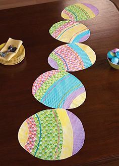 over easy easter egg table runner pattern Table Runner And Placemats, Table Runner Pattern, Quilted Table Runners, Fabric Placemats, Easter Placemats, Easter Table, Easter Eggs, Easter Projects, Easter Crafts