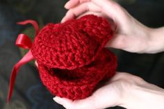 Here is a tutorial for making this crochet heart-shaped box! Use Google translate!