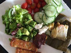 Tamalito vegetariano, ensalada, frijolitos molidos, queso de cabra y pancitos fritos