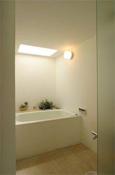 mooi, zo zonder tegels, gewoon gladde wanden. Suishouen House - Nagoya, Japan - 2012 - Tomoaki Uno Architects #architecture #interiors #design #japan #bathroom