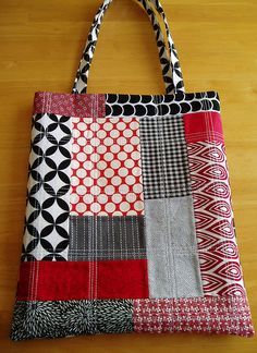 black, white and red patchwork bag - - black, white and red patchwork bag Malas e Sacos schwarze, weiße und rote Patchwork-Tasche Patchwork Bags, Quilted Bag, Purse Patterns, Sewing Patterns, Sacs Tote Bags, Homemade Bags, Craft Bags, Handmade Handbags, Fabric Bags