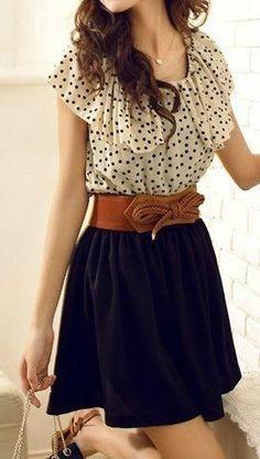 Jupe courte noire, ceinture marron, haut à pois et volant, style vestimentaire romantique