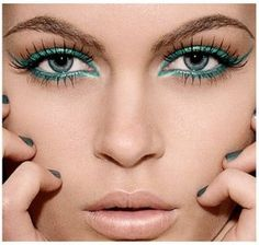 maquiagem em tons de verde olhos e cílios