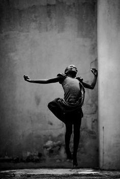 Ci sono momenti in cui la semplice dignità di un movimento può sostituire degnamente una montagna di parole. (Doris Humphrey)  Photographer: Jacob Holdt Location: Lagos, Nigeria