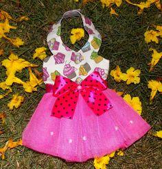 Temos 1 na pronta entrega tamanho P. <br>Linda, alegre e princesinha! Assim deve ser quem vai usar um vestido desses, sua mocinha é assim? Pois é ideal para ela usar em festas, seja a aniversariante ou convidada, ou apenas desfilar por aí passeando e fazendo selfies! <br>Em algodão, forrado, e tutu. <br>Ao efetuar a compra, INFORME o tamanho que deseja! <br>Valores & tamanhos: <br>XXP: R$ 20,00 <br>XP: R$ 22,00 <br>P: R$ 25,00 <br>M: R$ 28,00 <br>G: R$ 35,00 <br>XG: R$ 39,00 <br>XXG: R$…