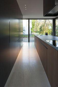 Moderne keuken   kookeiland   walnoot   zwart MDF   werkblad zwart graniet   kastenwand met afsluitbare pantrykast (hier niet zichtbaar)...
