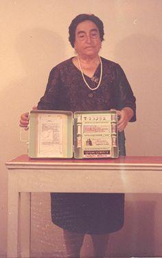 Ángela Ruiz Robles con la Enciclopedia Mecánica, precursora del libro electrónico
