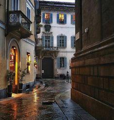 Via Zebedia, Milano. Sullo sfondo Palazzo Trivulzio.