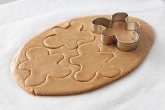 Cortar la masa de galletas con un cortador en forma de hombre de jengibre Gingerbread, Cookies, Desserts, How To Make, Ely, Bird, House, Sesame Street Cupcakes, Shape