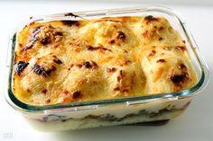 Een schotel die net zo makkelijk is als dat hij lekker is. Gehakt, aardappelpuree en bloemkool met een kaassaus.