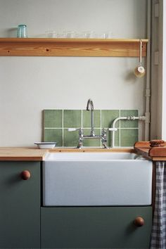 A Vintage-Inspired Apartment in Hackney from Abel Sloane and Ruby Woodhouse of 1934 - Remodelista, A traditional butler sink and faucet sourced from a company in the north of England and a custom backsplash of green tile originally salvaged from a c. Interior Modern, Interior Design Kitchen, Küchen Design, Home Design, Design Ideas, Nord England, Vintage Inspiriert, Apartment Renovation, Apartment Design