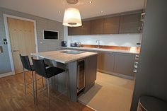 Advice on kitchen island design for families and how to achieve an island kitchen layout that will facilitate parents in looking after their children Grey Kitchens, Cool Kitchens, Open Plan Kitchen Inspiration, Diy Kitchen Decor, Kitchen Ideas, Kitchen Tips, Kitchen Cabinet Styles, Kitchen Installation, Island Design