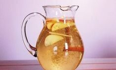 Zimt-Apfel-Zitronenwasser zum Abnehmen Water with cinnamon, apple and lemon can be prepared quickly and promotes well-being. Apple Cinnamon Water, Apple Water, Cinnamon Apples, Cinnamon Sticks, Cinnamon Drink, Cinnamon Powder, Lemon Water, Flavored Water Recipes, Flavored Waters
