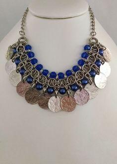 collar medieval con cristales perlas y medallas de metal