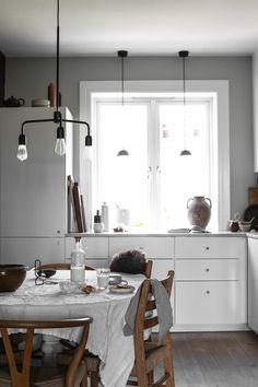 Nyrenoverat kök med charm hos Line Dammen Bathroom Vanity, Interior Deco, Interior Inspiration, Vanity, Interior, House, Dinning Room, House Interior, Room
