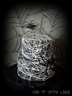 Spider webs out of melted marshmallow. Halloween is coming soon! I love Halloween and its going to be so fun making all kinds of Halloween cakes! This is one I have always wanted to try! For those of you in the Halloween Spirit alread. Halloween Cupcakes, Bolo Halloween, Pasteles Halloween, Halloween Baking, Halloween Desserts, Halloween Spider, Halloween Birthday, Holidays Halloween, Halloween Treats
