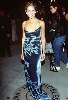 Looking for style inspiration for your next big night out? Take notes from Sarah Michelle Gellar (aka Buffy) wearing a velvet maxi dress to the 1999 Oscars. Asos Fashion, 2000s Fashion, Runway Fashion, Fashion News, Fashion Beauty, Sarah Michelle Gellar, Oscar Dresses, Prom Dresses, Pretty Dresses