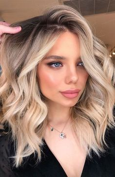 Blonde Hair With Roots, Balayage Hair Blonde Medium, Blonde Hair Shades, Blonde Hair Looks, Brown Blonde Hair, Hair Color Balayage, Shoulder Length Hair Balayage, Blonde Balyage, Hair Color Shades