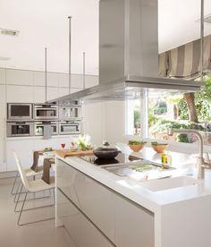 Cocina de diseño moderno con isla en blanco y gris