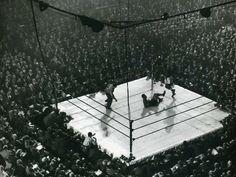 """O Sesc Pompeia recebe uma demonstração de luta livre com grandes lutadores brasileiros, que se enfrentam no """"Gigantes do Ringue""""."""
