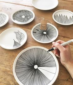 Porzellan-Teller bemalen Trending Craft Ideas Using Paper Mache, Air Dry Clay, Colored Sand and Crot Ceramic Plates, Ceramic Pottery, Pottery Art, Pottery Shop, Painted Pottery, Pottery Painting Ideas, Pottery Plates, Slab Pottery, Painted Porcelain