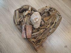 Perchero pared con forma corazón hecho con maderas del mar