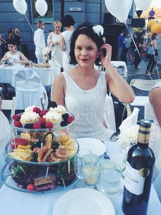 Diner en Blanc Vilnius 2015 / table decor / picnic food / cupcakes / summer / whitedress / me foodblogger / foodies White Party Decorations, Pop Up Dinner, Party Spread, Dining Etiquette, All White Party, Party Dishes, Food Platters, Le Diner, Anniversary Parties