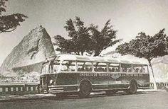 Foto de 1949 mostra a empresa de fretamento Saturin, do antigo Distrito Federal (o Rio de Janeiro, como se vê no cenário natural da foto), com um ônibus importado da indústria francesa Chausson. Esses ônibus se tornaram pouco funcionais, por serem lentos e dotados de uma estrutura pesada. A foto é do acervo do busófilo Adalberto Mattera.