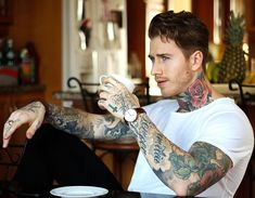 Hot Guys Tattoos, Boy Tattoos, Small Neck Tattoos, Tatted Guys, Gentleman Haircut, Sexy Tattooed Men, Ideal Man, Muscular Men, Male Poses
