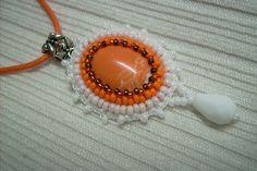 Ny-543. Narancs és fehér színű, ásvány medálos nyaklánc. 1000.-Ft.