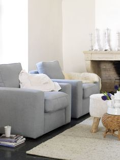 Neutral living room with a hint of colour: Grey-blue armchairs