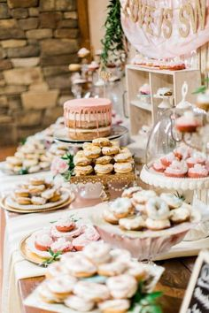 Wedding Food 4 Tips To Style A Wedding Dessert Table And 25 Ideas - A dessert table is a must for every wedding, whatever you serve – it's always present! You don't need any stylist for decorating the dessert table, do it yourself. Sweet Table Wedding, Dessert Bar Wedding, Wedding Donuts, Wedding Sweets, Wedding Dessert Buffet, Rustic Wedding, Cookie Bar Wedding, Chic Wedding, Wedding Cookies