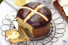 A delicious alternative to hot cross buns, this hot cross tea bread is bound to… Savory Tart, Hot Cross Buns, Easter Recipes, Easter Desserts, Dessert Recipes, Pumpkin Bread, Bread Baking, Yeast Bread, High Tea
