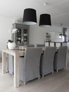 Te koop: prachtige houten eiken tafel van woonwinkel het kabinet. Helaas te breed voor ons nieuwe huis. 220x100x78 massief eiken met transparante witte lak. Makkelijk in onderhoud. Info via: stephanie@lifs.nl of Zie marktplaats:http://www.marktplaats.nl/a/huis-en-inrichting/tafels-eettafels/m709235697-prachtige-houten-eiken-eettafel-van-het-kabinet.html?c=efb2ef4dc323389c4f92ed10afa33e3a=lr