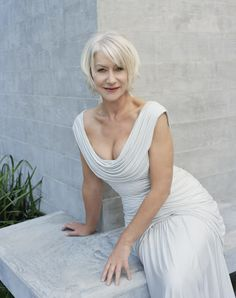 Actor Helen Mirren poses for a portrait shoot for More magazine Los. Dame Helen, Casual Mode, Beautiful Old Woman, Beautiful Clothes, Ageless Beauty, Aging Gracefully, Famous Women, Older Women, Divas