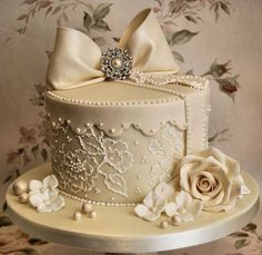 lace hat box cake